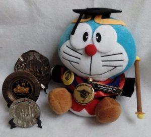 Boneka wisuda Doraemon Surabaya, Boneka Doraemon Surabaya murah, toko boneka doraemon di surabaya, jual hadiah wisuda di daerah surabaya, kota surabaya,